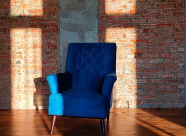 кресло на кирпиче